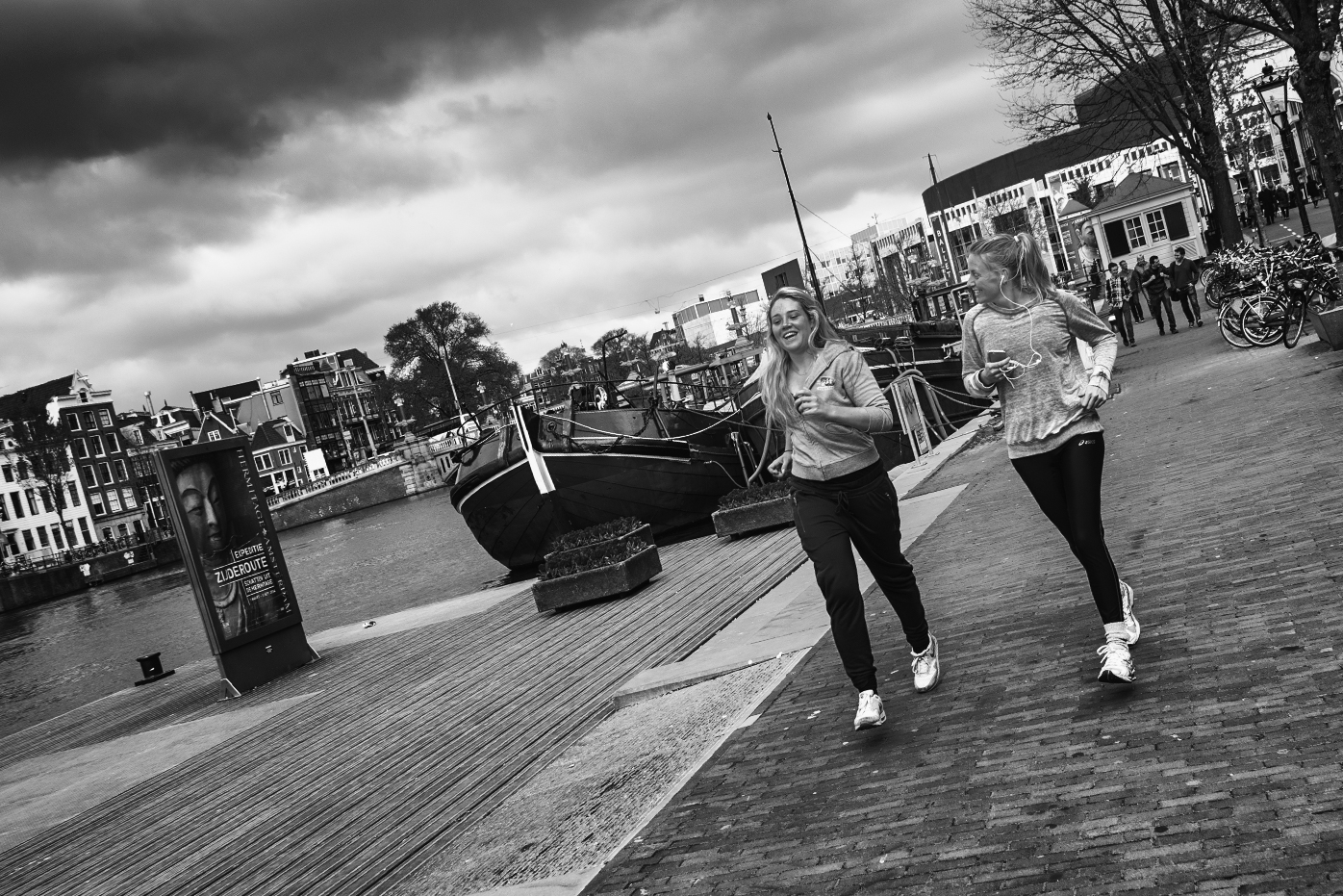 Twee joggende jonge dames in Amsterdam