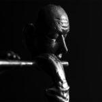 Bronzen beeld van een dwarsfluitist